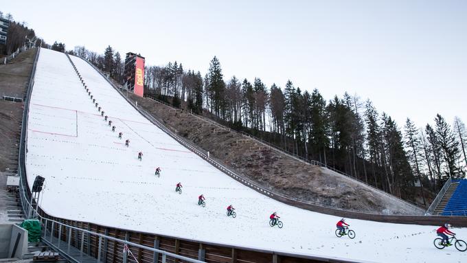 Slovenec s kolesom s 112 km/h po planiški velikanki #video